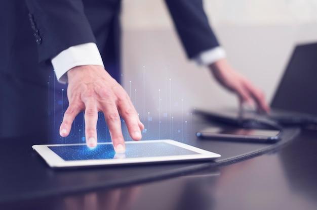 Вид сбоку бизнесмена с использованием технологии на планшете Premium Фотографии