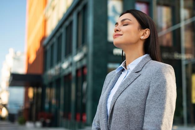Вид сбоку деловой женщины на открытом воздухе в городе Бесплатные Фотографии