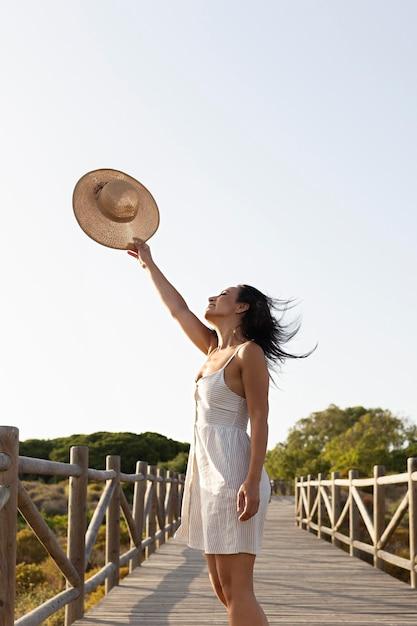 Вид сбоку беззаботной женщины на природе Бесплатные Фотографии
