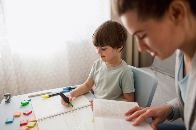 子供と家庭教師の側面図 無料写真