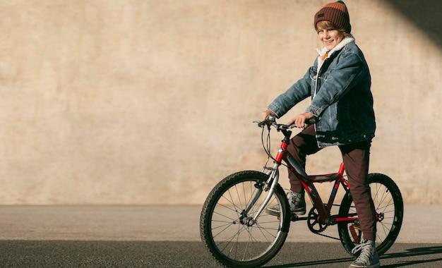 복사 공간 야외에서 자전거에 아이의 측면보기 무료 사진