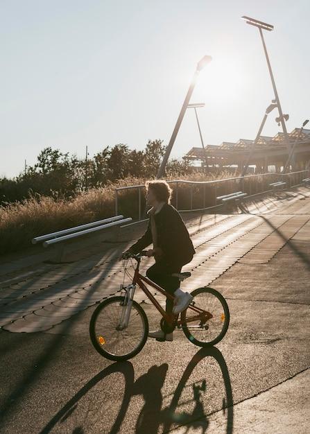 재미 외부 자전거에 아이의 측면보기 무료 사진
