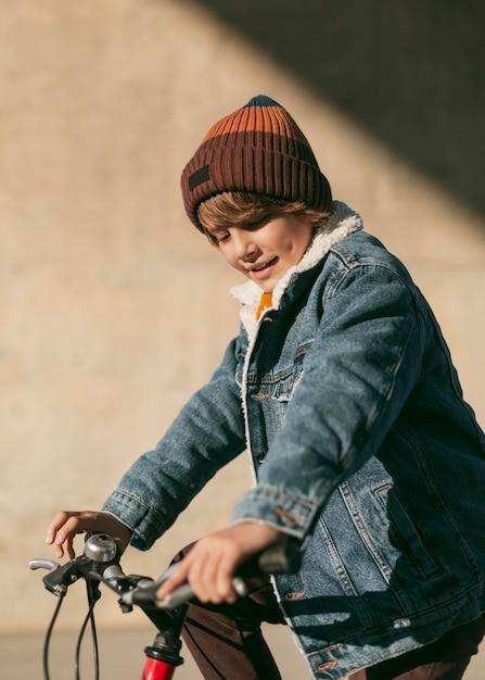 외부 자전거에 아이의 측면보기 무료 사진