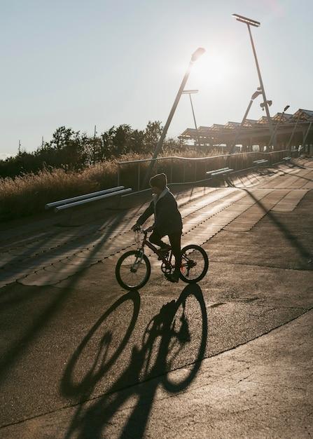 야외에서 어린이 승마 자전거의 측면보기 무료 사진
