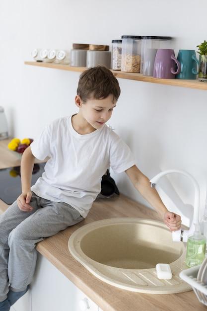 手を洗う子供の側面図 無料写真