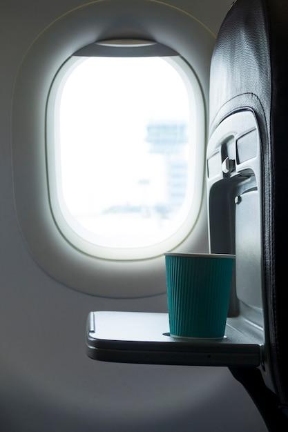 Вид сбоку чашку кофе в самолете Premium Фотографии