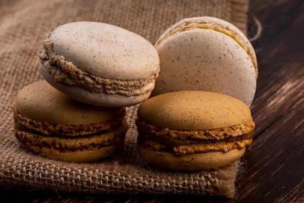 荒布と木製の背景にクッキーサンドイッチの側面図 無料写真