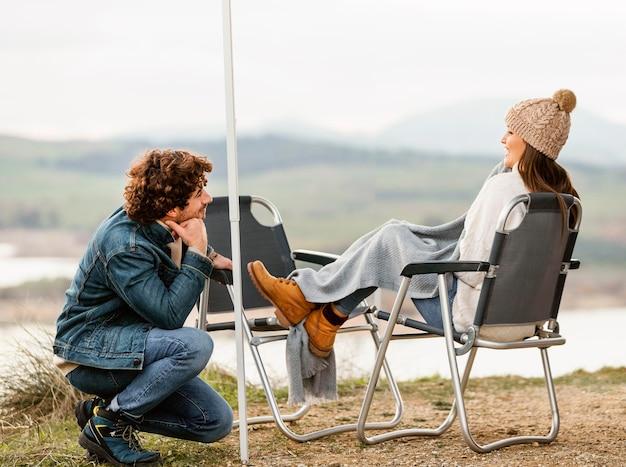 一緒にロードトリップ中に自然を楽しむカップルの側面図 無料写真