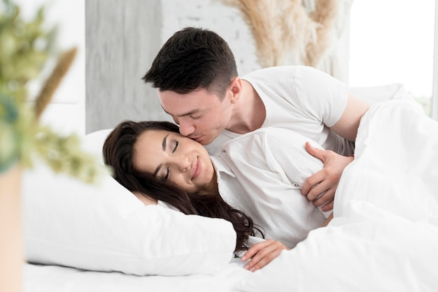 Вид сбоку пара в постели быть романтичной Бесплатные Фотографии