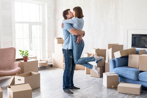 Вид сбоку пара целуется дома в день отъезда Бесплатные Фотографии