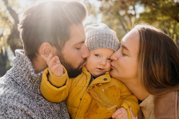 外の赤ちゃんとお父さんとお母さんの側面図 無料写真