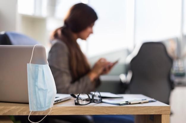 Вид сбоку расфокусированной деловой женщины за столом Бесплатные Фотографии