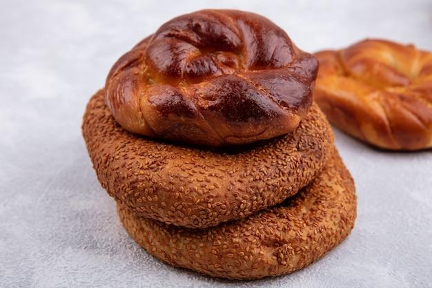 白い背景で隔離の伝統的なトルコのベーグルと美味しくて柔らかいパンの側面図 無料写真