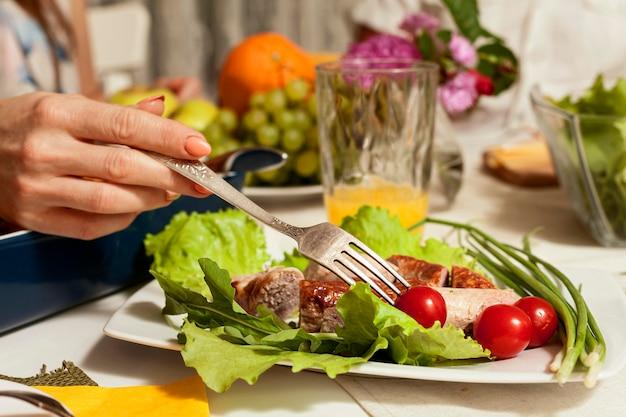 Вид сбоку блюдо с вилкой и овощами Бесплатные Фотографии