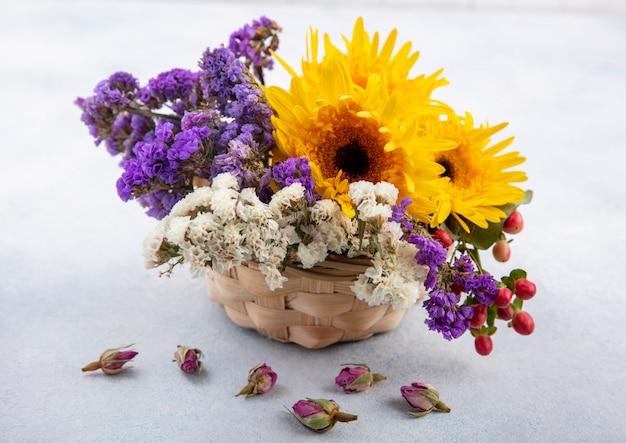 白い表面にバスケットの花の側面図 無料写真
