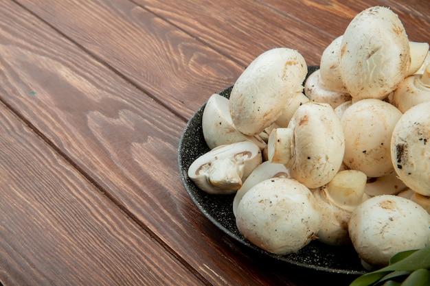 Вид сбоку свежих белых грибов, изолированных на деревенском древесины с копией пространства Бесплатные Фотографии