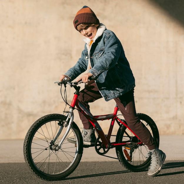 야외에서 재미 자전거에 아이의 측면보기 무료 사진