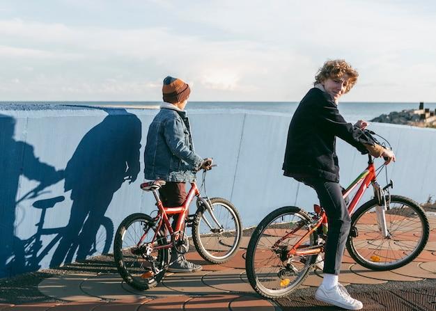 야외에서 자전거를 타는 아이의 모습 무료 사진