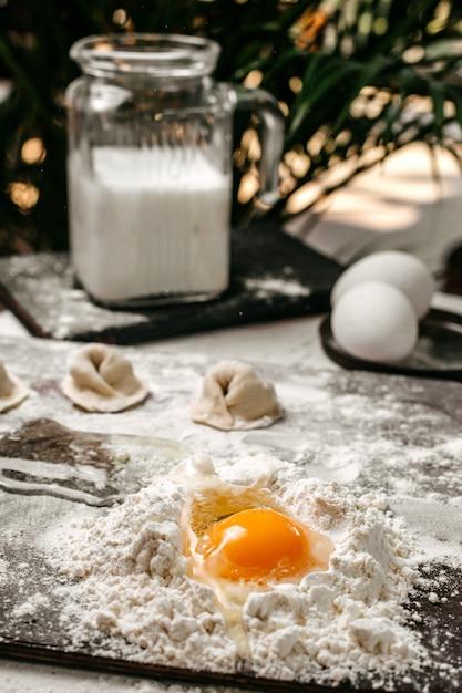生地と卵黄でトルコのマンティを作るの側面図 無料写真