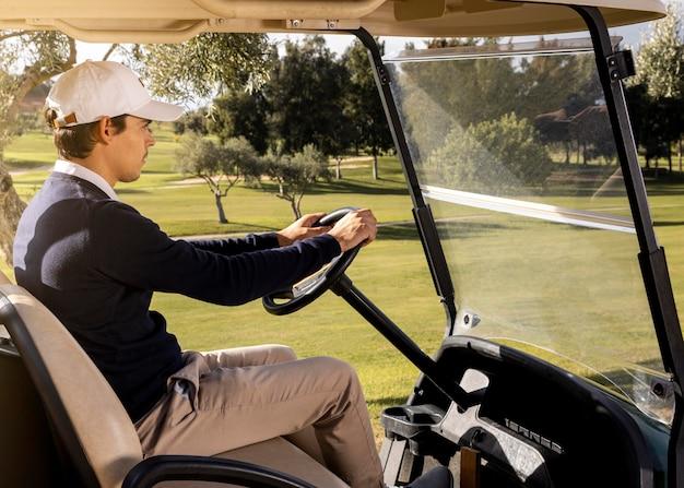 골프 카트를 운전하는 남자의 모습 무료 사진