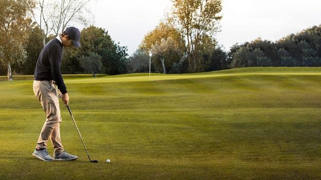 잔디 골프 필드에 남자의 모습 무료 사진