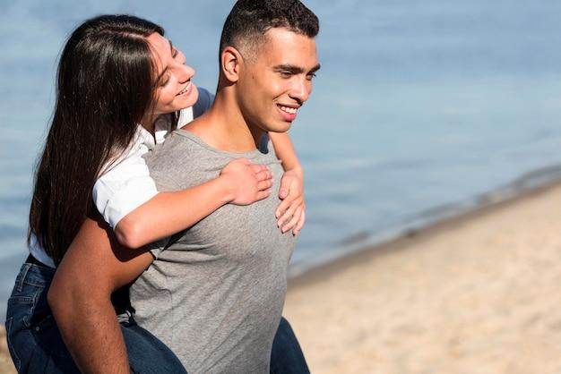 Вид сбоку романтической пары на пляже с копией пространства Бесплатные Фотографии