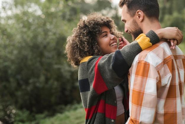 Романтическая пара на открытом воздухе, кемпинг, вид сбоку Premium Фотографии