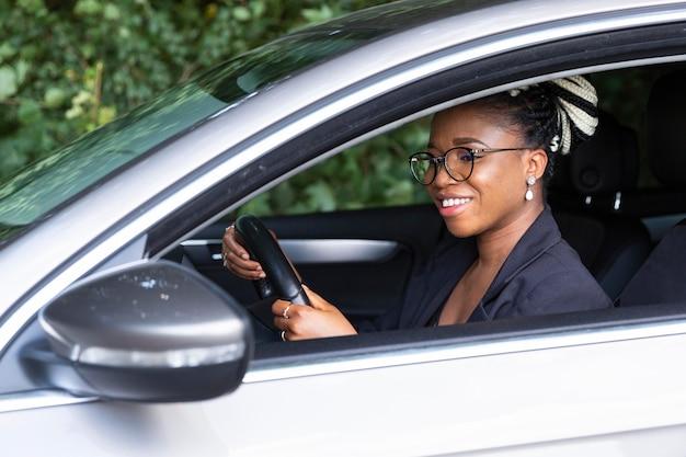 Смайлик женщина за рулем личного автомобиля, вид сбоку Бесплатные Фотографии