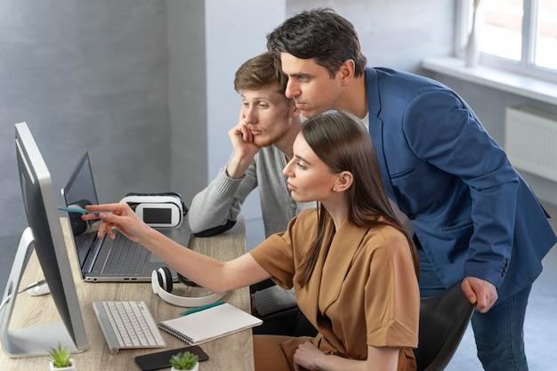 新しい技術を扱う専門家のチームの側面図 無料写真