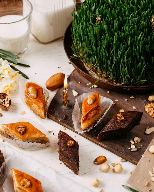Вид сбоку традиционного азербайджанского праздника печенье пахлава на деревенском с орехами Бесплатные Фотографии