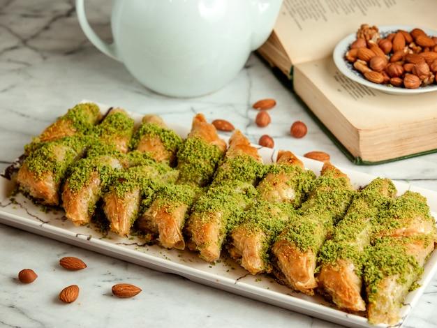 Вид сбоку турецкой сладости пахлава с фисташками на блюде Бесплатные Фотографии