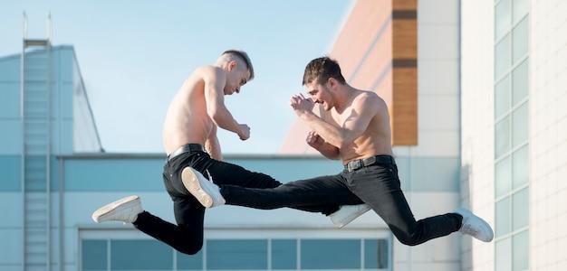 Вид сбоку двух танцоров хип-хоп без рубашки танцующих Бесплатные Фотографии