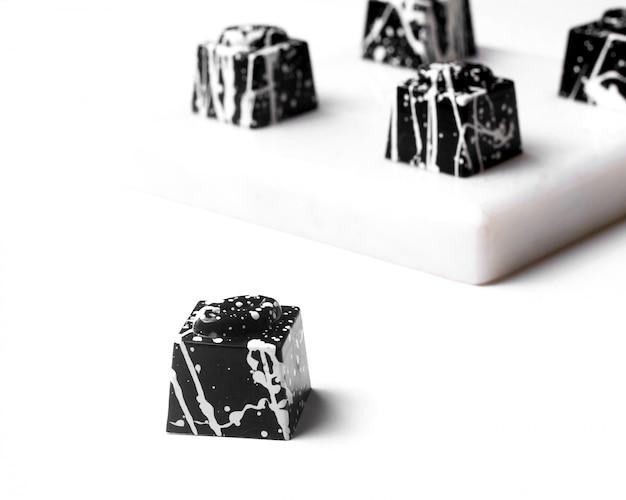 Вид сбоку белого шоколада хэллоуин печенье на белом Бесплатные Фотографии