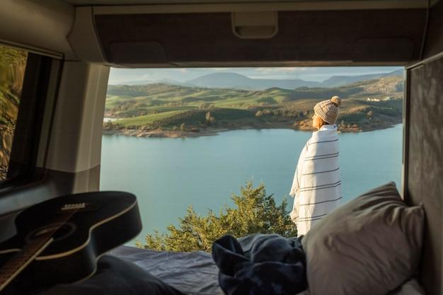 ロードトリップ中に自然を賞賛する女性の側面図 無料写真