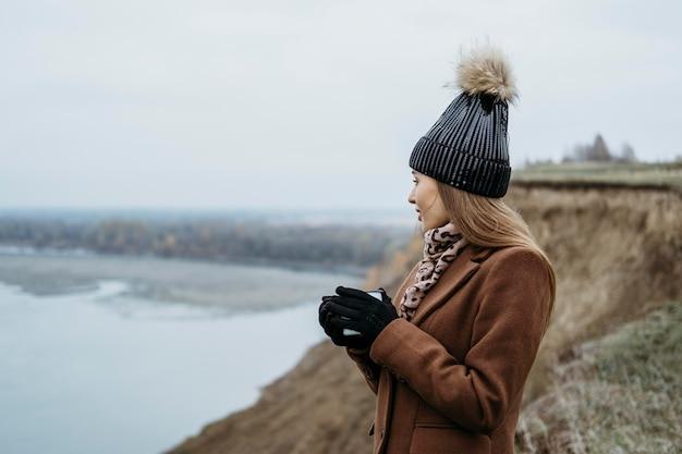 Вид сбоку женщины, любуясь озером с Бесплатные Фотографии