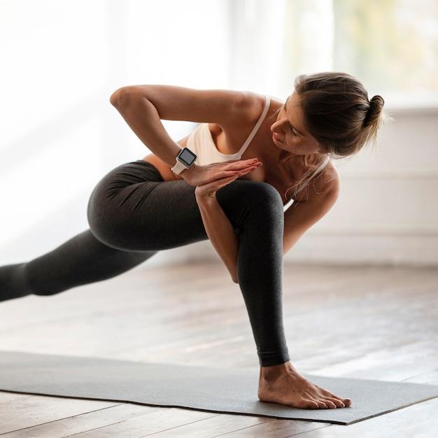 요가 자세를 운동 집에서 여자의 모습 프리미엄 사진