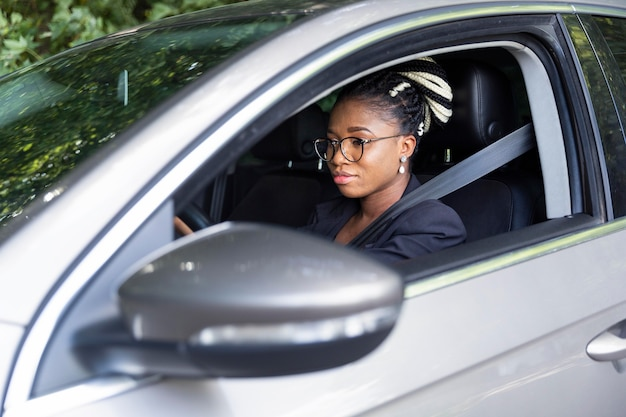 Вид сбоку женщины на водительском сиденье своего автомобиля Бесплатные Фотографии