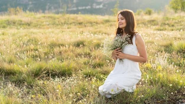 外の芝生の女性の側面図 無料写真