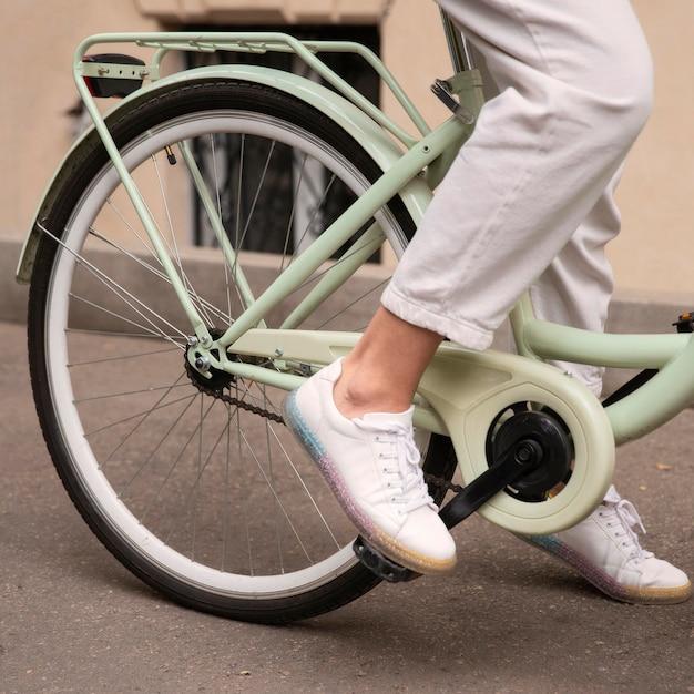 Вид сбоку женщины на велосипеде в городе Бесплатные Фотографии