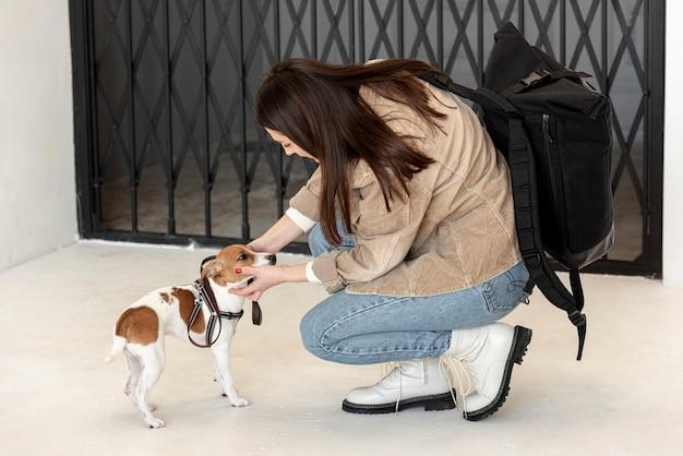 Вид сбоку женщины гладят ее милая собака Бесплатные Фотографии