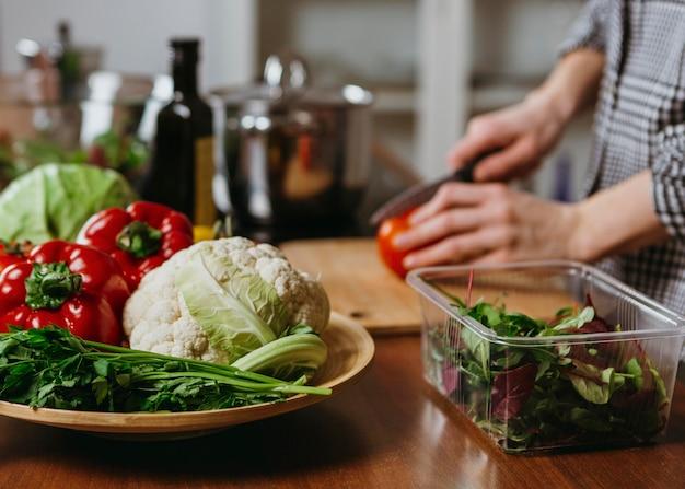 キッチンで食事を準備している女性の側面図 無料写真