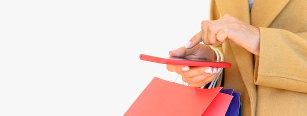 사이버 월요일 복사 공간 스마트 폰으로 온라인 쇼핑 여자의 측면보기 무료 사진