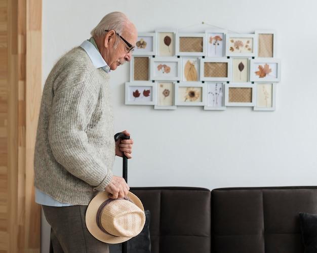 Vista laterale del vecchio in una casa di cura Foto Gratuite