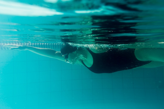 Side view of olympic swimmer training Free Photo