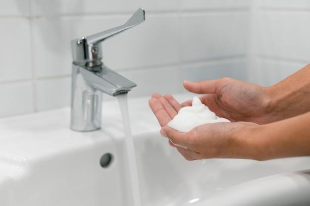 Вид сбоку человек, мытье рук с мылом Бесплатные Фотографии