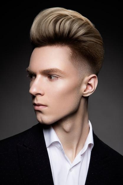 Портрет взгляда со стороны думая стильного молодого человека Premium Фотографии