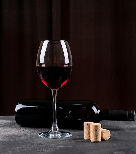 黒の垂直に側面図赤ワイン 無料写真