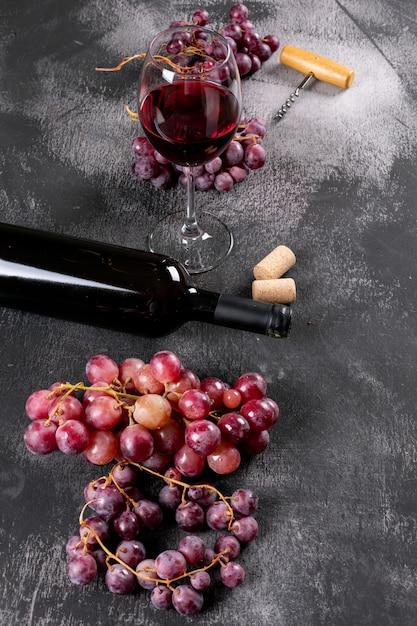 垂直の黒い石のブドウと側面図赤ワイン 無料写真