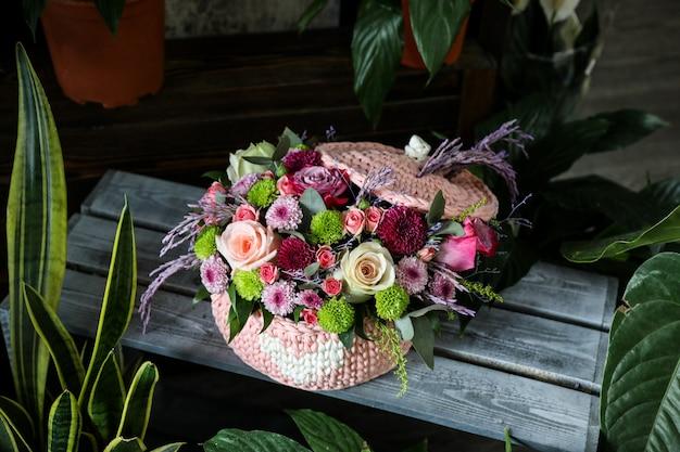 Букет роз с полевыми цветами в розовой корзине Бесплатные Фотографии