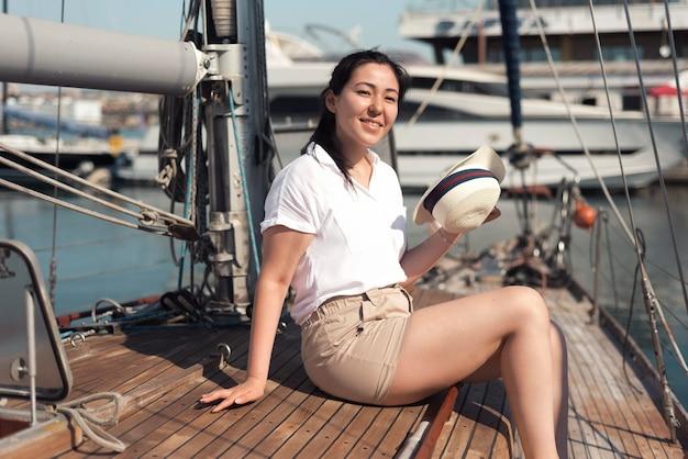 Вид сбоку смайлик женщина на лодке Бесплатные Фотографии